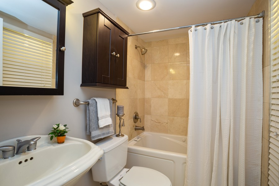 Real Estate Photography - 639 Briar Hill, Unit 1, Addison, IL, 60101 - Bathroom