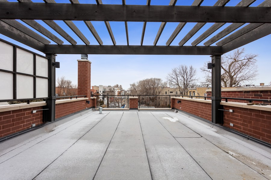 Real Estate Photography - 1460 W Byron St, Chicago, IL, 60613 - Deck