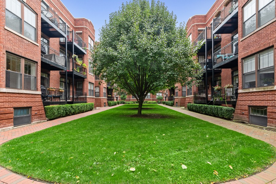 Real Estate Photography - 2711 Mildred Ave, #1B, Chicago, IL, 60614 - Courtyard