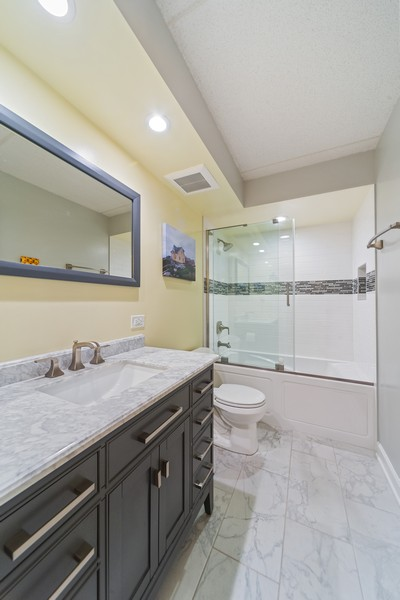 Real Estate Photography - 3940 W Bryn Mawr, #204, Chicago, IL, 60659 - Bathroom