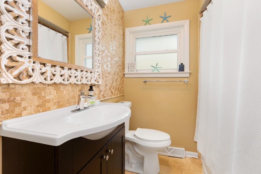 Real Estate Photography - 915 N Kaspar Ave, Arlington Heights, IL, 60004 - Bathroom
