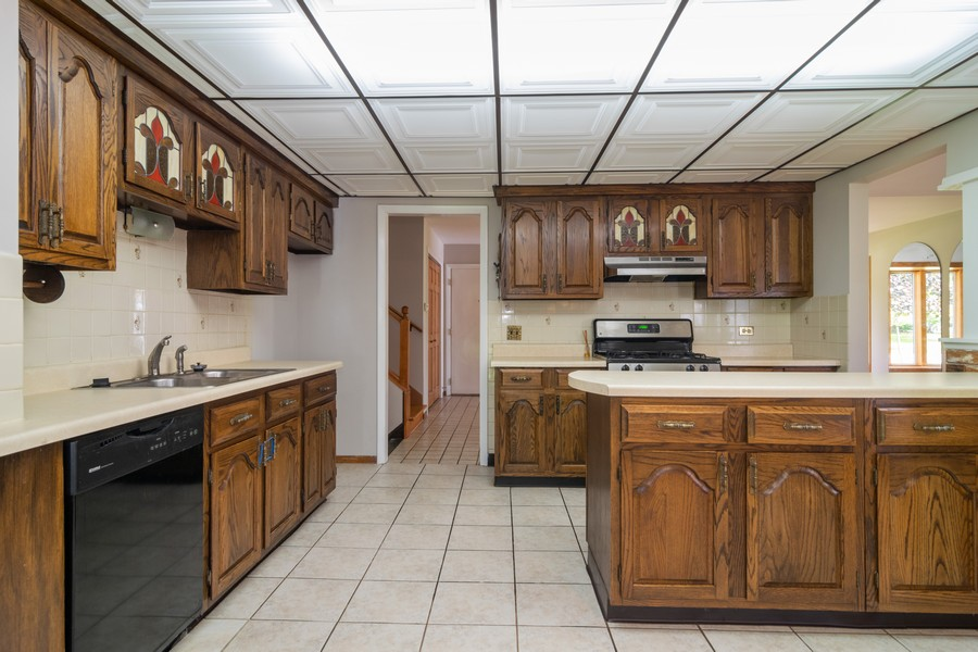 Real Estate Photography - 605 N Eastman Dr, Mount Prospect, IL, 60056 - Kitchen
