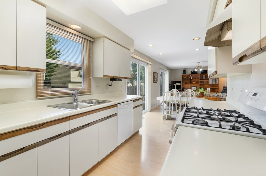 Real Estate Photography - 907 Hobson Dr., Buffalo Grove, IL, 60089 - Kitchen