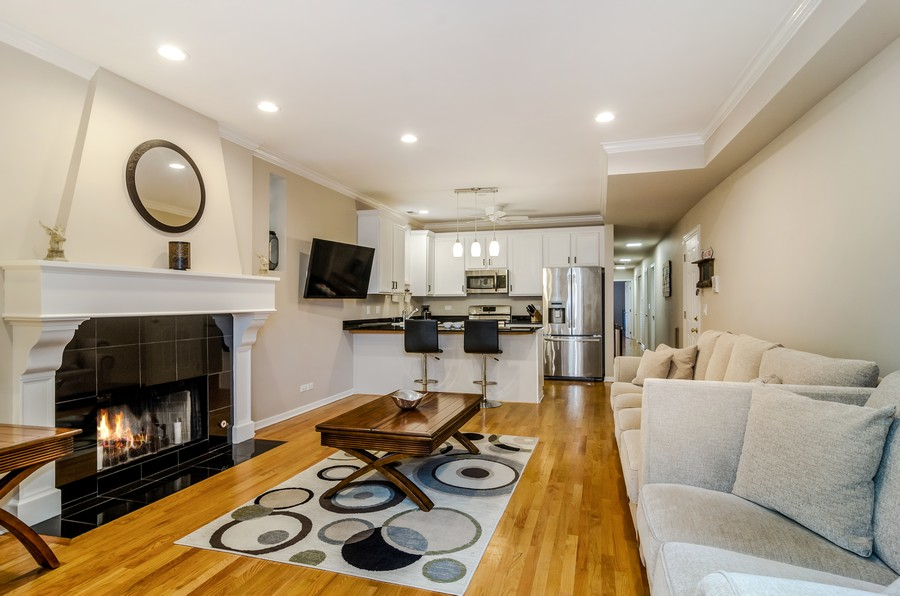 Real Estate Photography - 3930 N Southport, 1S, Chicago, IL, 60613 - Living Room