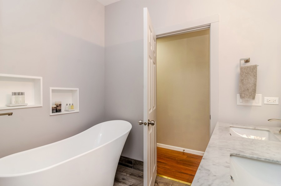 Real Estate Photography - 3930 N Southport, 1S, Chicago, IL, 60613 - Master Bathroom