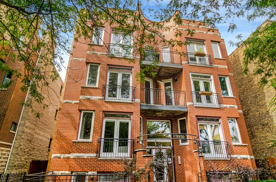 Real Estate Photography - 3930 N Southport, 1S, Chicago, IL, 60613 - Front View