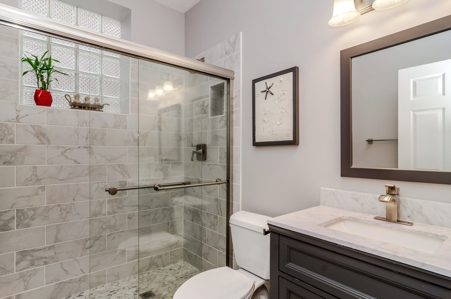 Real Estate Photography - 3930 N Southport, 1S, Chicago, IL, 60613 - Bathroom