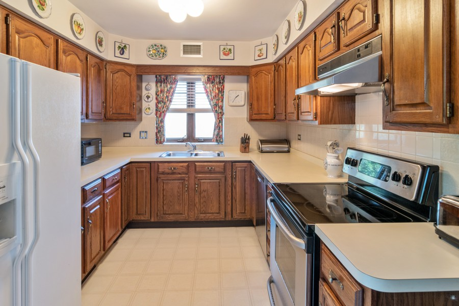 Real Estate Photography - 7575 W Lake St, 3A, River Forest, IL, 60305 - Kitchen