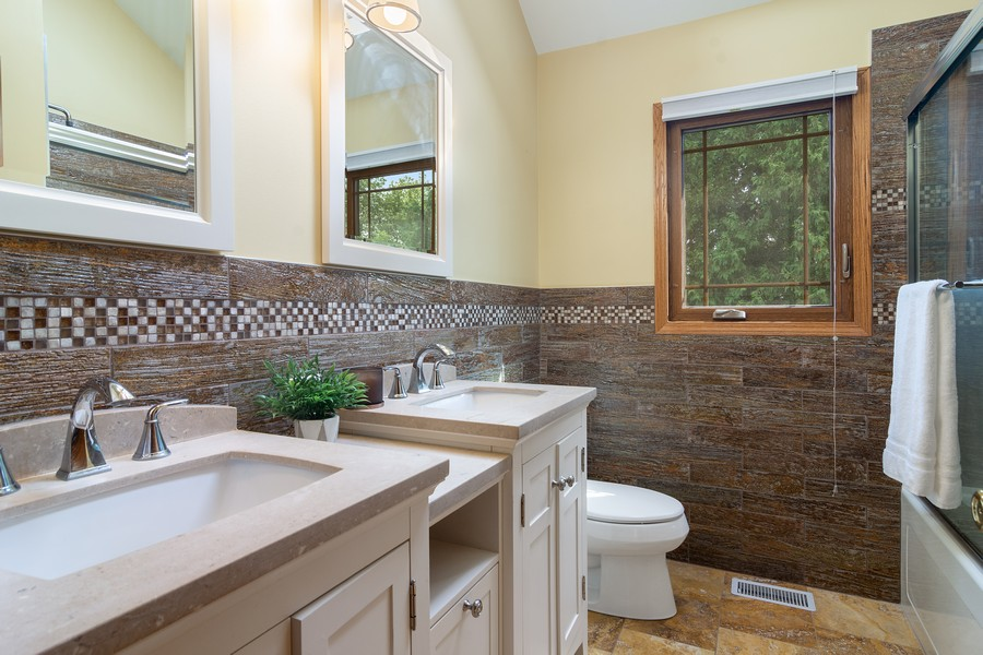 Real Estate Photography - 7N115 FOX BEND DRIVE, SAINT CHARLES, IL, 60175 - 2nd Bathroom