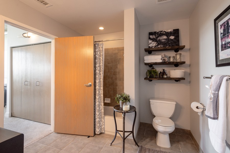 Real Estate Photography - 1 S Highland Ave #808, Arlington Heights, IL, 60005 - 2nd Bathroom