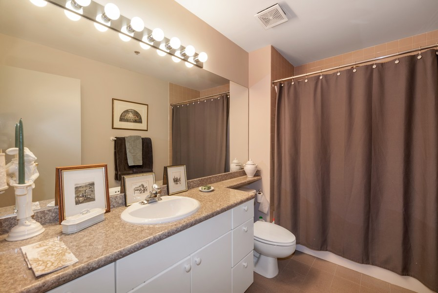 Real Estate Photography - 616 W Fulton, Unit 604, Chicago, IL, 60661 - 2nd Bathroom