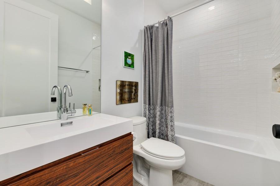 Real Estate Photography - 2721 W Haddon, 3W, Chicago, IL, 60622 - Bathroom