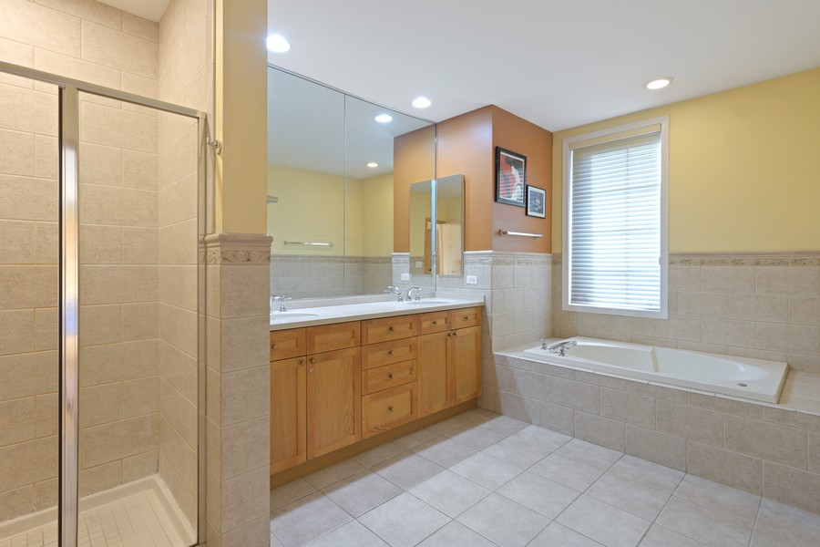 Real Estate Photography - 1433 S Prairie Ave, Chicago, IL, 60605 - Master Bathroom