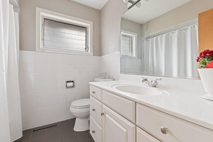 Real Estate Photography - 610 N Wilshire, Arlington Heights, IL, 60004 - Bathroom