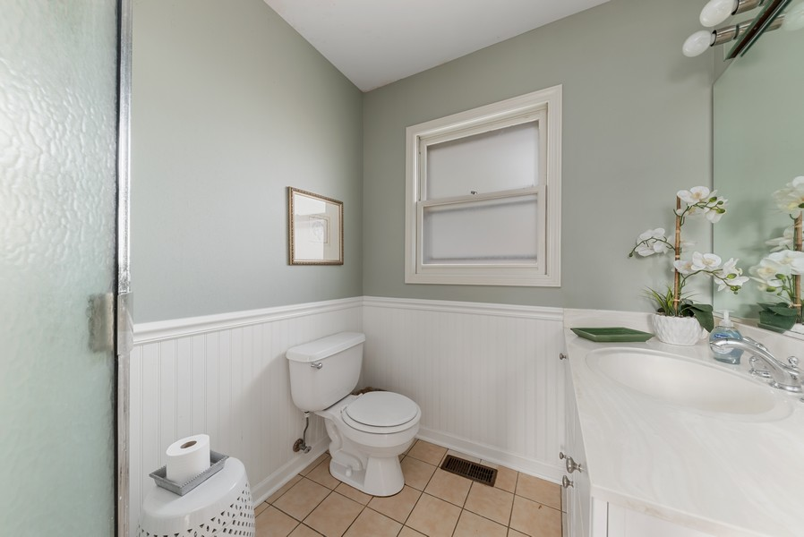 Real Estate Photography - 610 N Wilshire, Arlington Heights, IL, 60004 - 2nd Bathroom