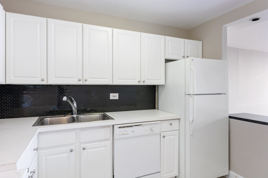 Real Estate Photography - 2650 N Lakeview Ave., Apt 3105, Chicago, IL, 60614 - Kitchen