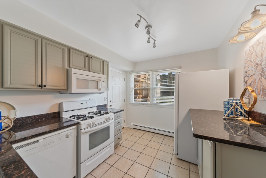 Real Estate Photography - 1725 W. Touhy, #1, chicago, IL, 60626 - Kitchen