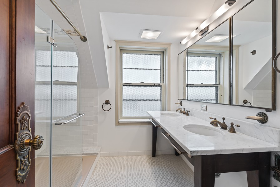 Real Estate Photography - 124 Dell Place, Glencoe, IL, 60022 - 2nd Bathroom