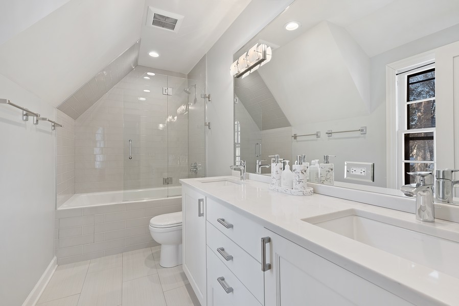 Real Estate Photography - 994 Vernon Ave, Glencoe, IL, 60022 - 2nd Bathroom