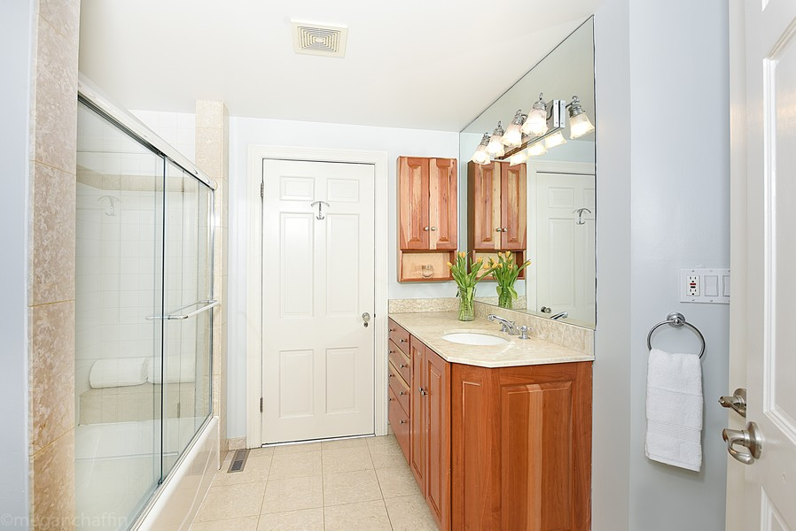 Real Estate Photography - 2126 Thornwood, Wilmette, IL, 60091 - Master bathroom with granite vanity and shower/tub