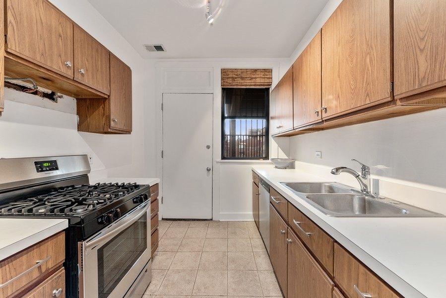 Real Estate Photography - 3723 N Pine Grove #3N, Chicago, IL, 60613 - Kitchen