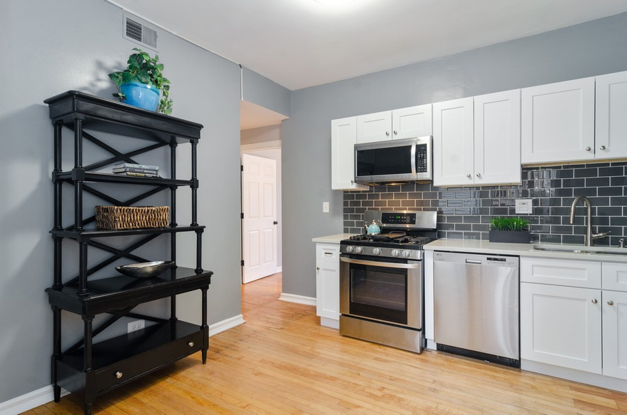 Real Estate Photography - 5000 N Glenwood #2, Chicago, IL, 60640 - Kitchen