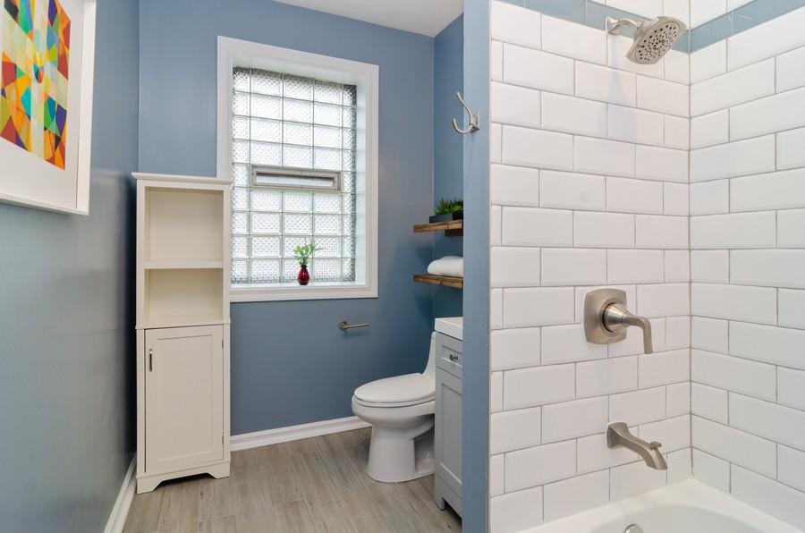 Real Estate Photography - 5000 N Glenwood #2, Chicago, IL, 60640 - Bathroom