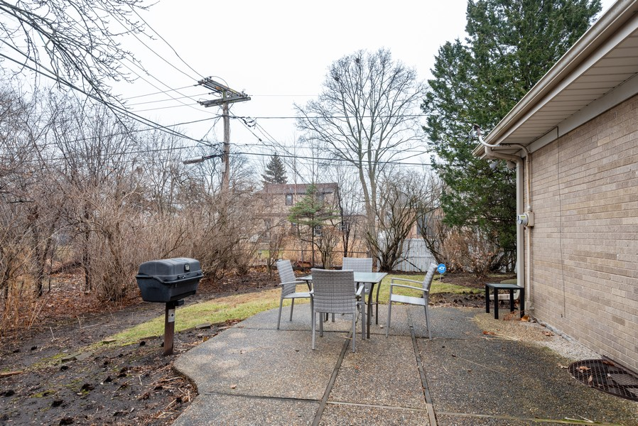 Real Estate Photography - 230 Heather Lane, Wilmette, IL, 60091 - Side Yard
