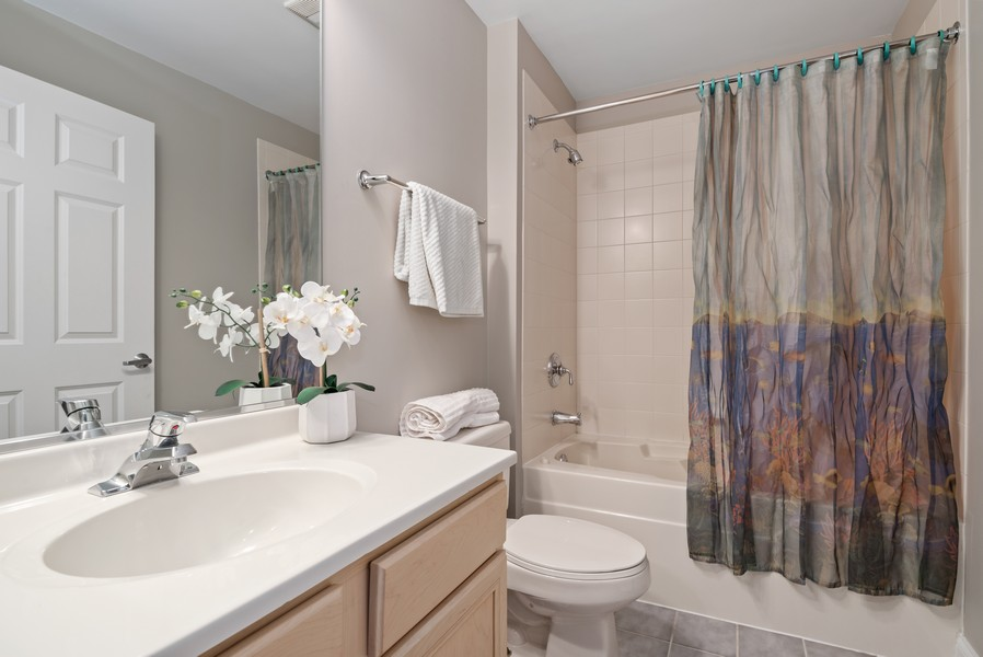 Real Estate Photography - 1001 W Madison St, Unit 611, Chicago, IL, 60607 - 2nd Bathroom