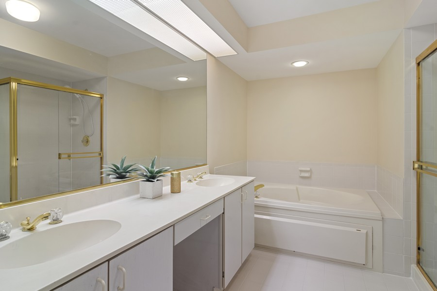 Real Estate Photography - 3100 Lexington Ln #110, GLENVIEW, IL, 60026 - Master Bathroom