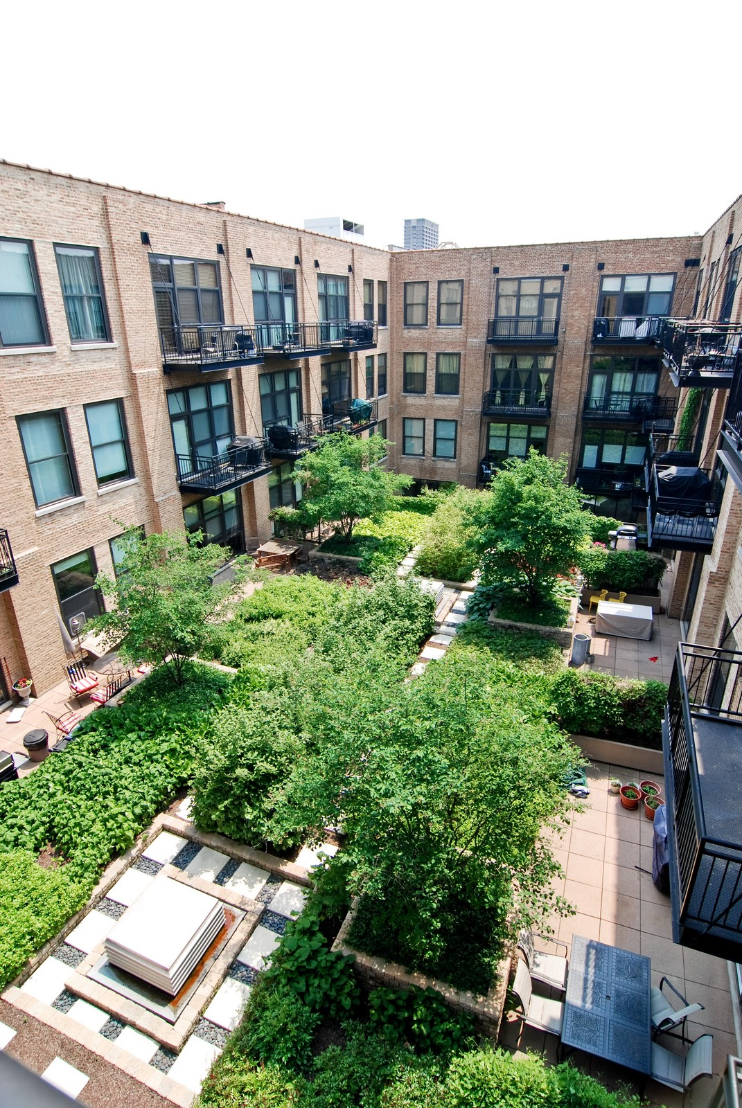 Real Estate Photography - 1040 W Adams, Unit 452, Chicago, IL, 60607 - Courtyard
