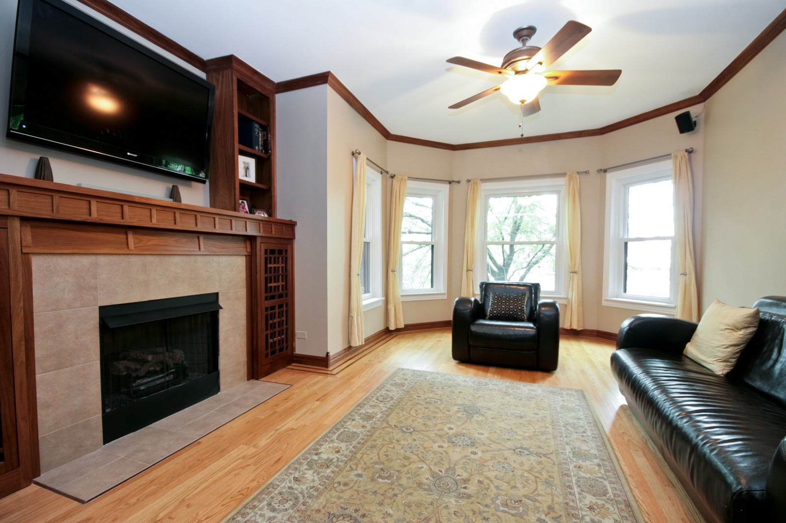 Real Estate Photography - 924 W Buena Ave, Unit 2, Chicago, IL, 60613 - Living Room
