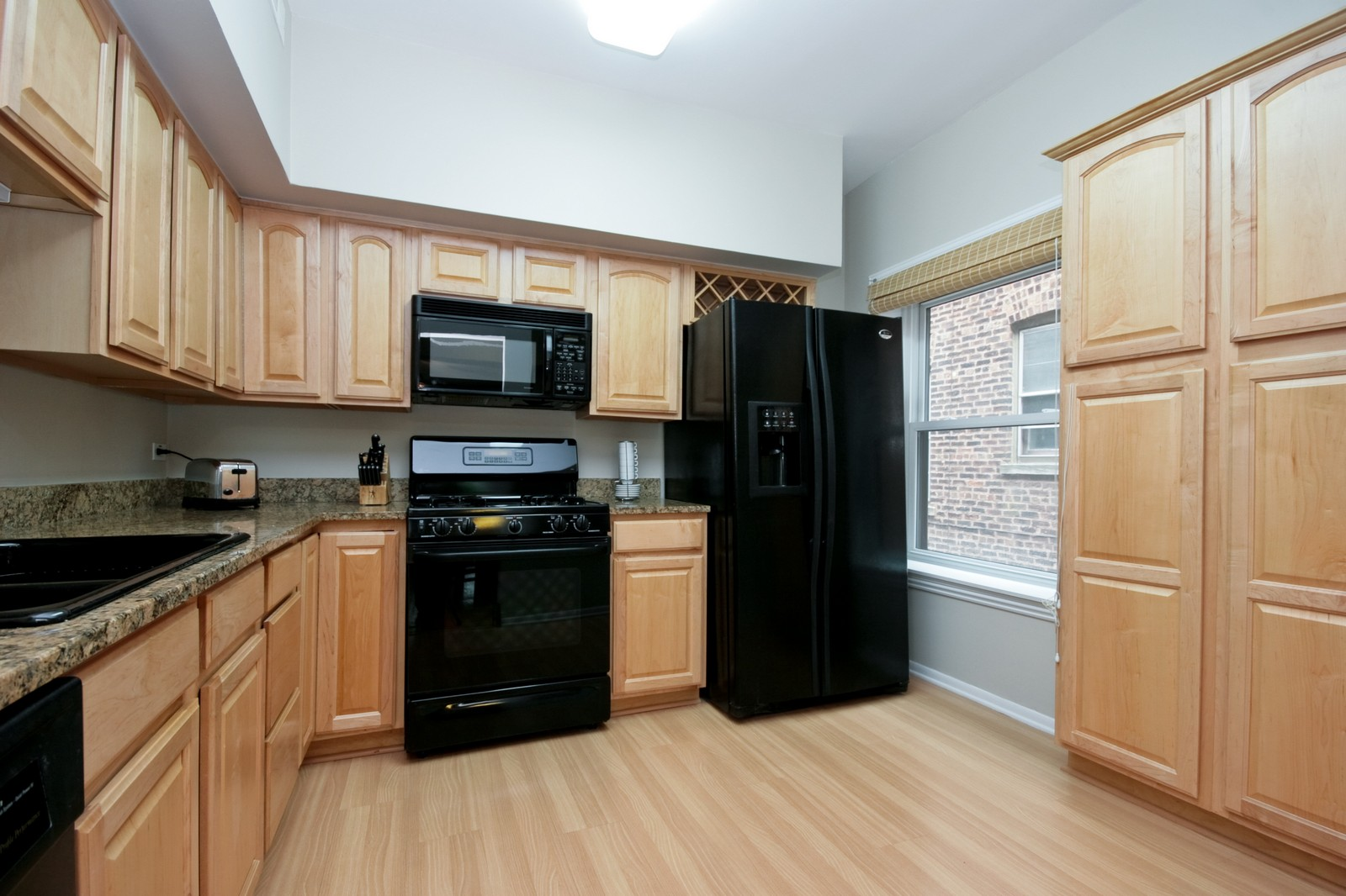 Real Estate Photography - 924 W Buena Ave, Unit 2, Chicago, IL, 60613 - Kitchen