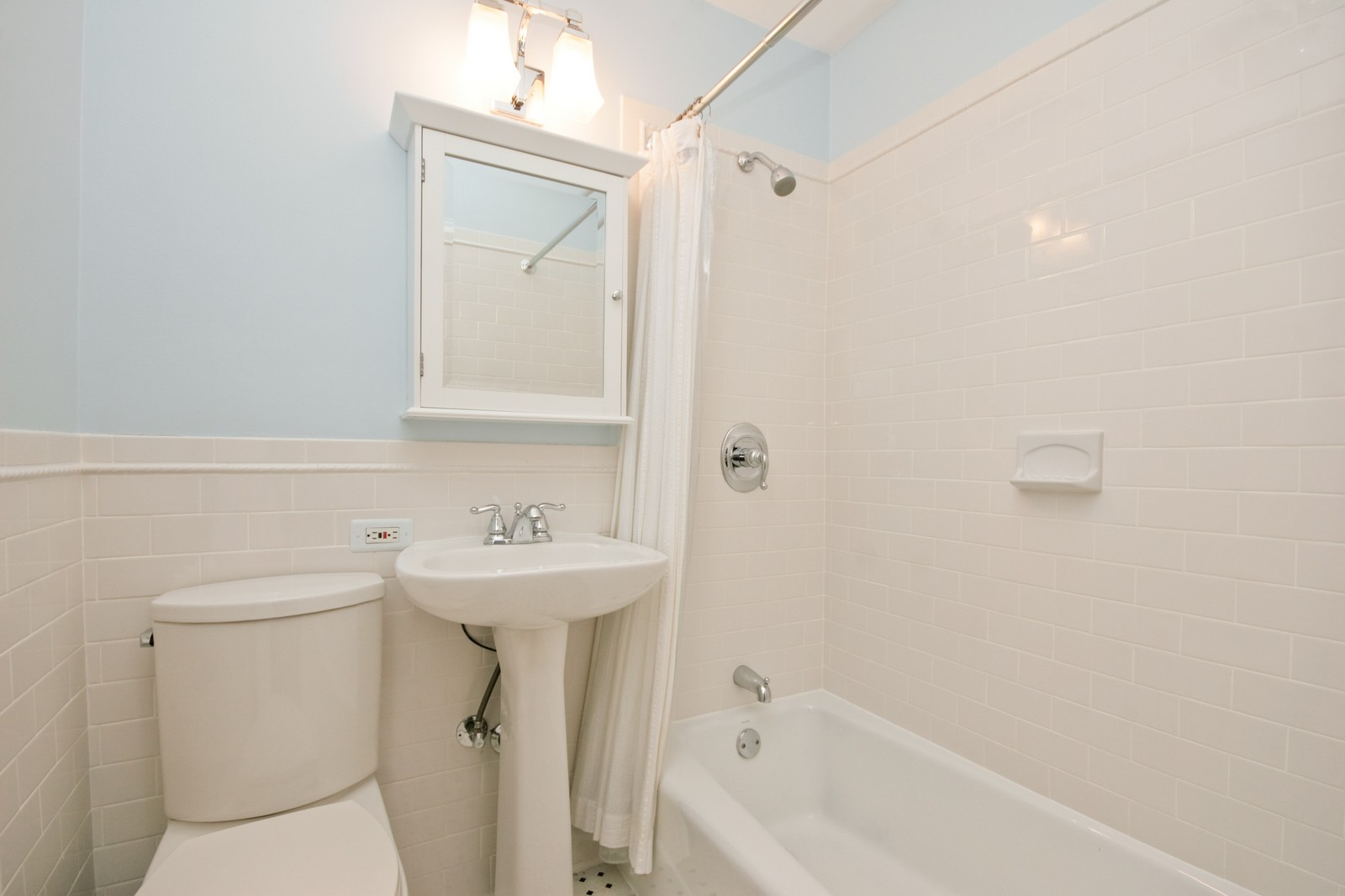 Real Estate Photography - 924 W Buena Ave, Unit 2, Chicago, IL, 60613 - Bathroom