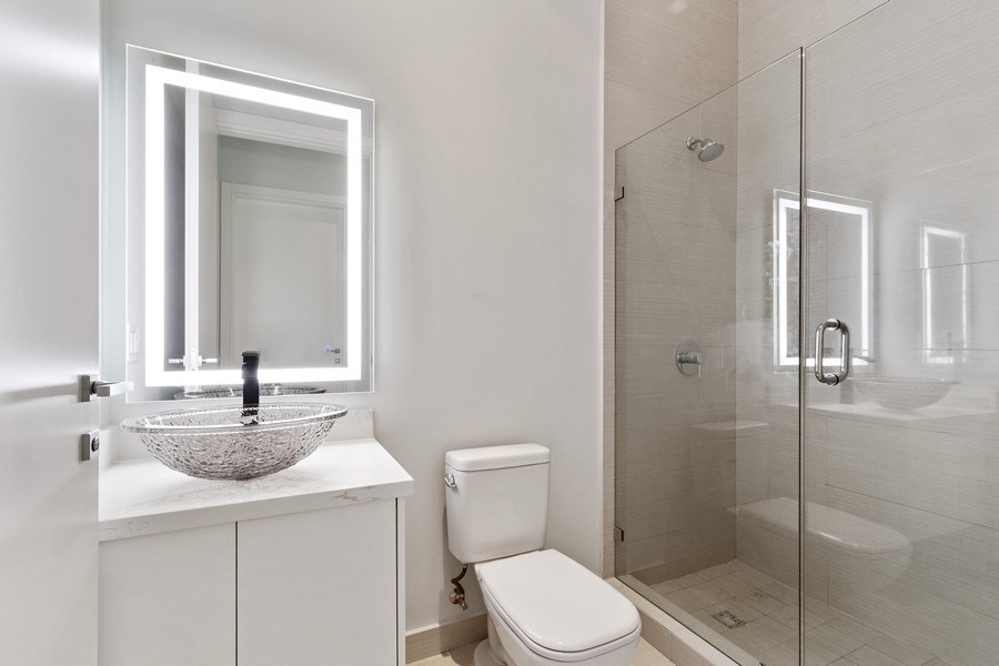 Real Estate Photography - 3250 NE 188th St. #L107, Aventura, FL, 33180 - 2nd Bathroom