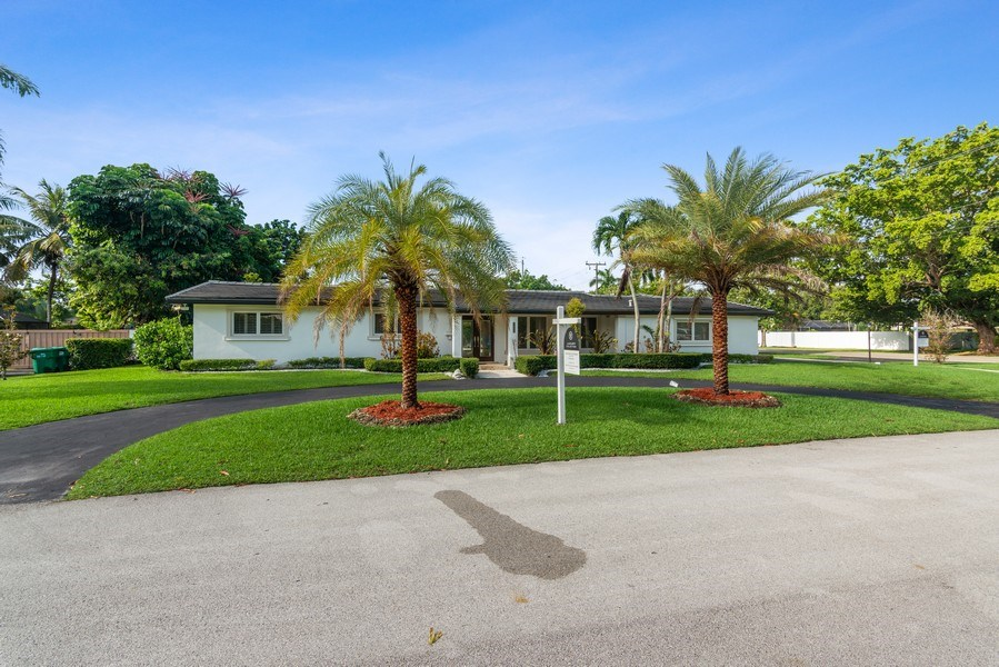 Real Estate Photography - 7670 SW 129th St., Pinecrest, FL, 33156 - Driveway