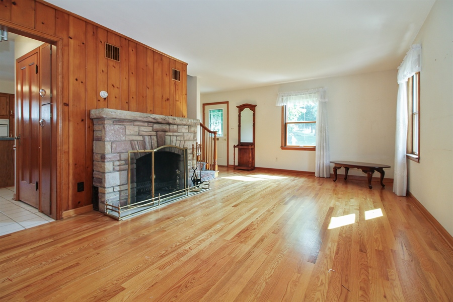 Real Estate Photography - 170 SOUTH HILL STREET, WOODSTOCK, IL, 60098 - Living Room