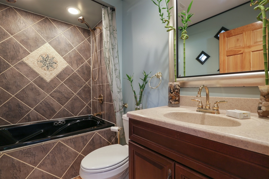 Real Estate Photography - 1527 N Harrison St, Algonquin, IL, 60102 - 3rd Bathroom