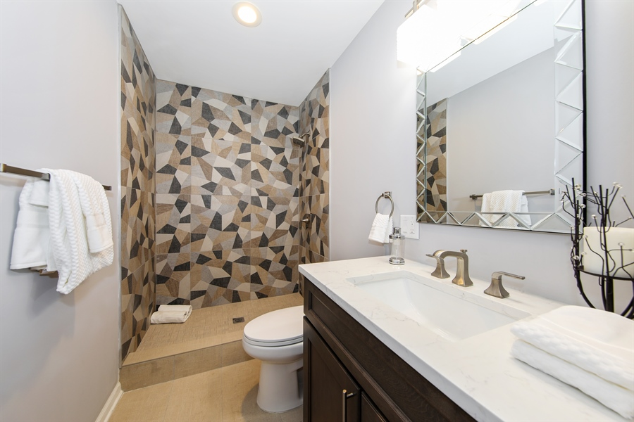 Real Estate Photography - 2031 W. Parkview Cir., Hoffman Estates, IL, 60169 - 2nd Bathroom