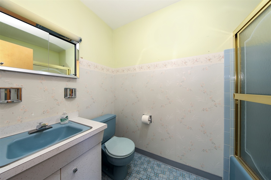 Real Estate Photography - 640 E. Tahoe Trail, Palatine, IL, 60074 - 2nd Bathroom