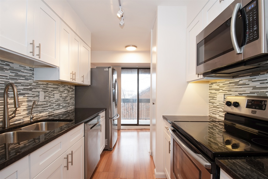 Real Estate Photography - 600 Naples Ct, 210, Glenview, IL, 60025 - Kitchen