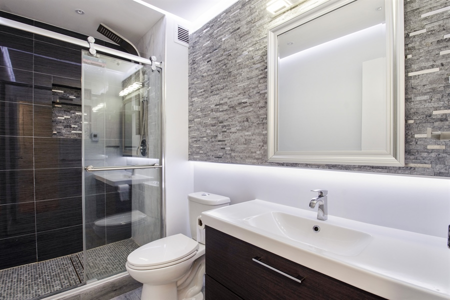 Real Estate Photography - 600 Naples Ct, 210, Glenview, IL, 60025 - Bathroom