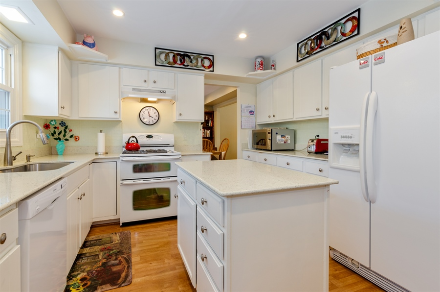 Real Estate Photography - 835 Glendale Drive, Crystal Lake, IL, 60014 - QUARTZ RECYCLED GLASS COUNTERS