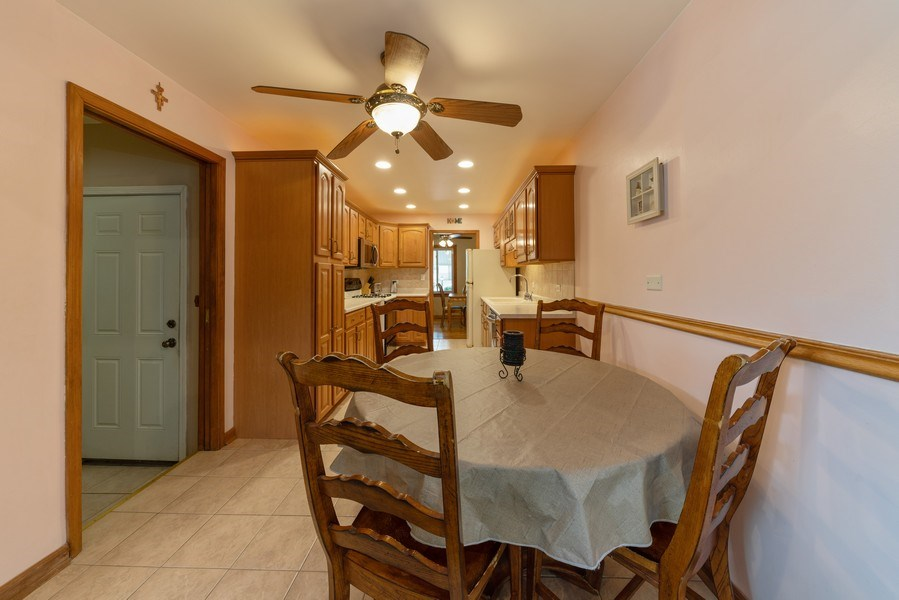 Real Estate Photography - 305 Glendale Ln, Hoffman Estates, IL, 60169 - Kitchen / Breakfast Room