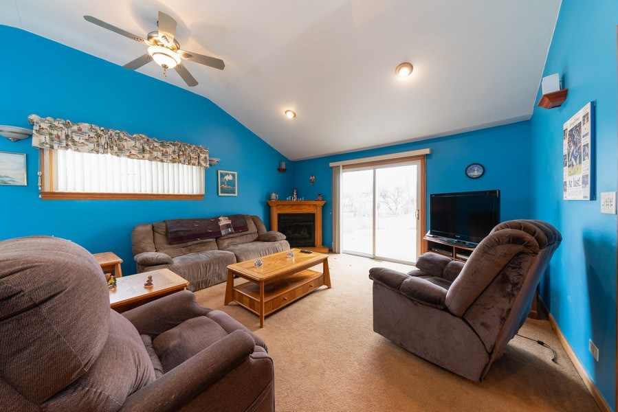 Real Estate Photography - 305 Glendale Ln, Hoffman Estates, IL, 60169 - Family Room