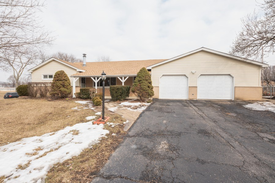 Real Estate Photography - 305 Glendale Ln, Hoffman Estates, IL, 60169 - Front View