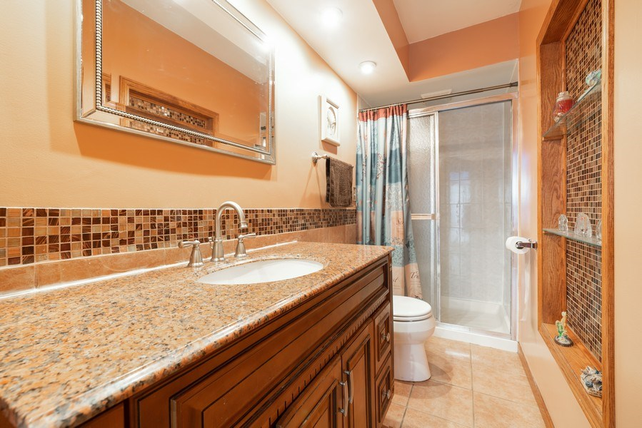 Real Estate Photography - 305 Glendale Ln, Hoffman Estates, IL, 60169 - Bathroom