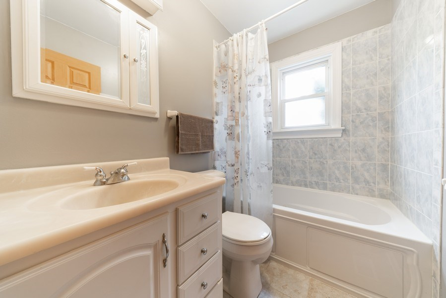 Real Estate Photography - 305 Glendale Ln, Hoffman Estates, IL, 60169 - 2nd Bathroom