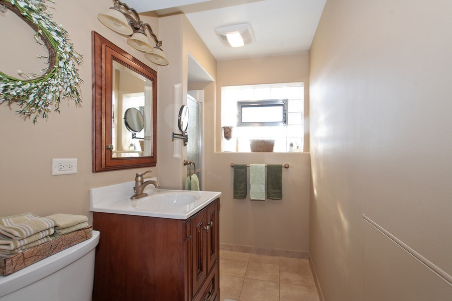 Real Estate Photography - 1020 N Stratford Rd, Arlington Heights, IL, 60004 - 2nd Bathroom