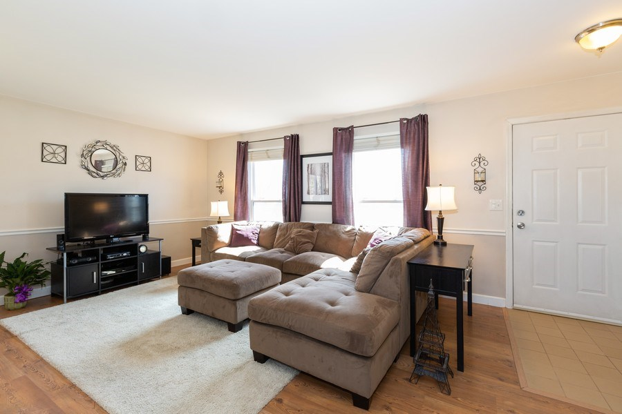 Real Estate Photography - 1330 N Parkview Ter, Algonquin, IL, 60102 - Living Room